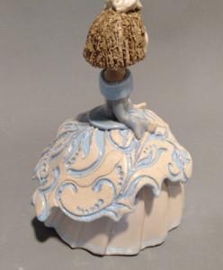 menina esmaltada en el taller de cerámica Madrid