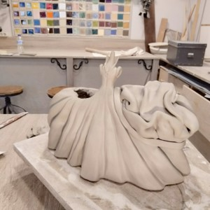 escuela de cerámica proceso de modelado menina de cerámica